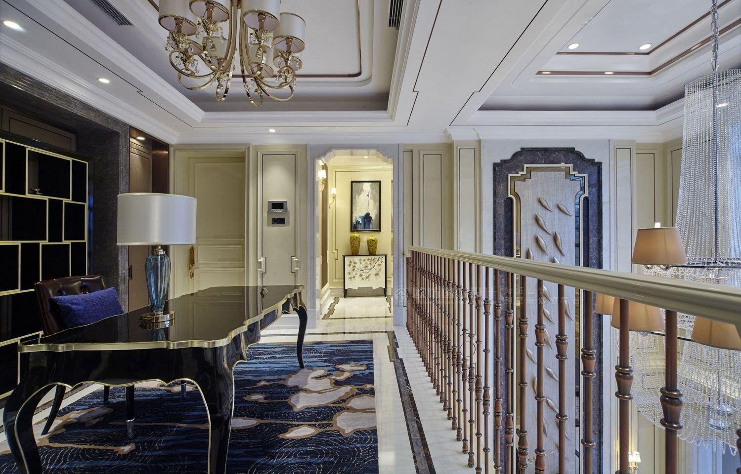 主要以新古典美式的设计手法表现整个别墅的室内空间,客厅以暖色为主调性,浅棕色与蓝色进行大胆的色彩碰撞。背景墙的特殊材质让空间充满艺术氛围,增强视觉立体感。从高空轻盈垂落的水晶吊灯营造出华丽的气质,又强调了中庭挑高的纵向视觉效果,点亮了客厅间,配以经典的真丝躺椅点缀,呈现低奢、大气之风,蓝色的饰品点缀运用的恰到好处,丝绒的材质尽显奢华。书房的开放增加空间的通透。
